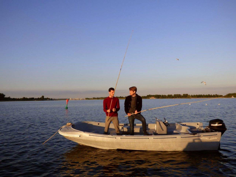 twee vissers op de 5 persoons huur sloep op het veerse meer