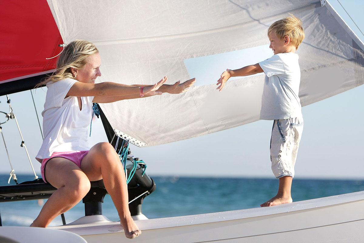 Sfeerfoto van moeder en kind op zeilboot