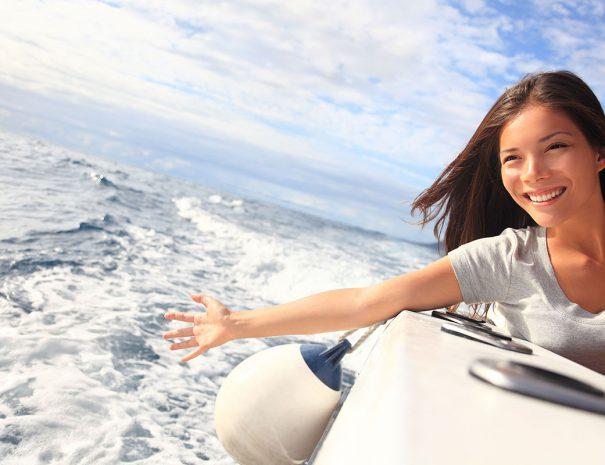 vrouw steekt haar arm uit naar het water in zeeland
