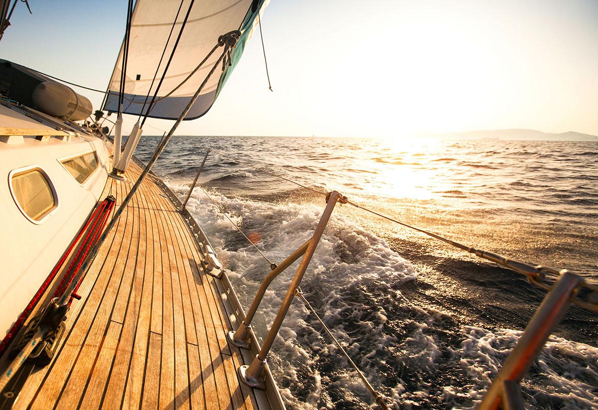 Zeiljacht zeilend op een mooie dag op open water met mooi teak dek.