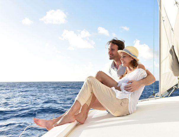 man en vrouw lachend op een boot op het veerse meer