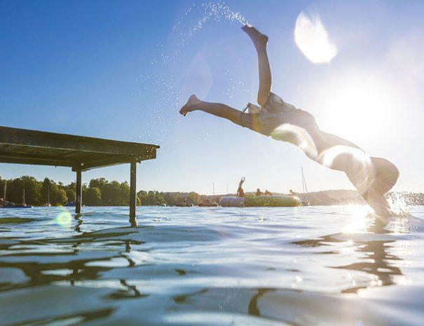 Jongen duikt vanaf steiger in het veerse meer