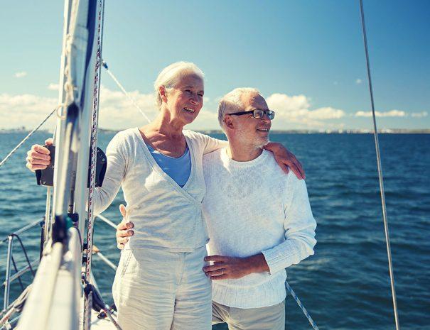 Twee mensen op een zeilboot