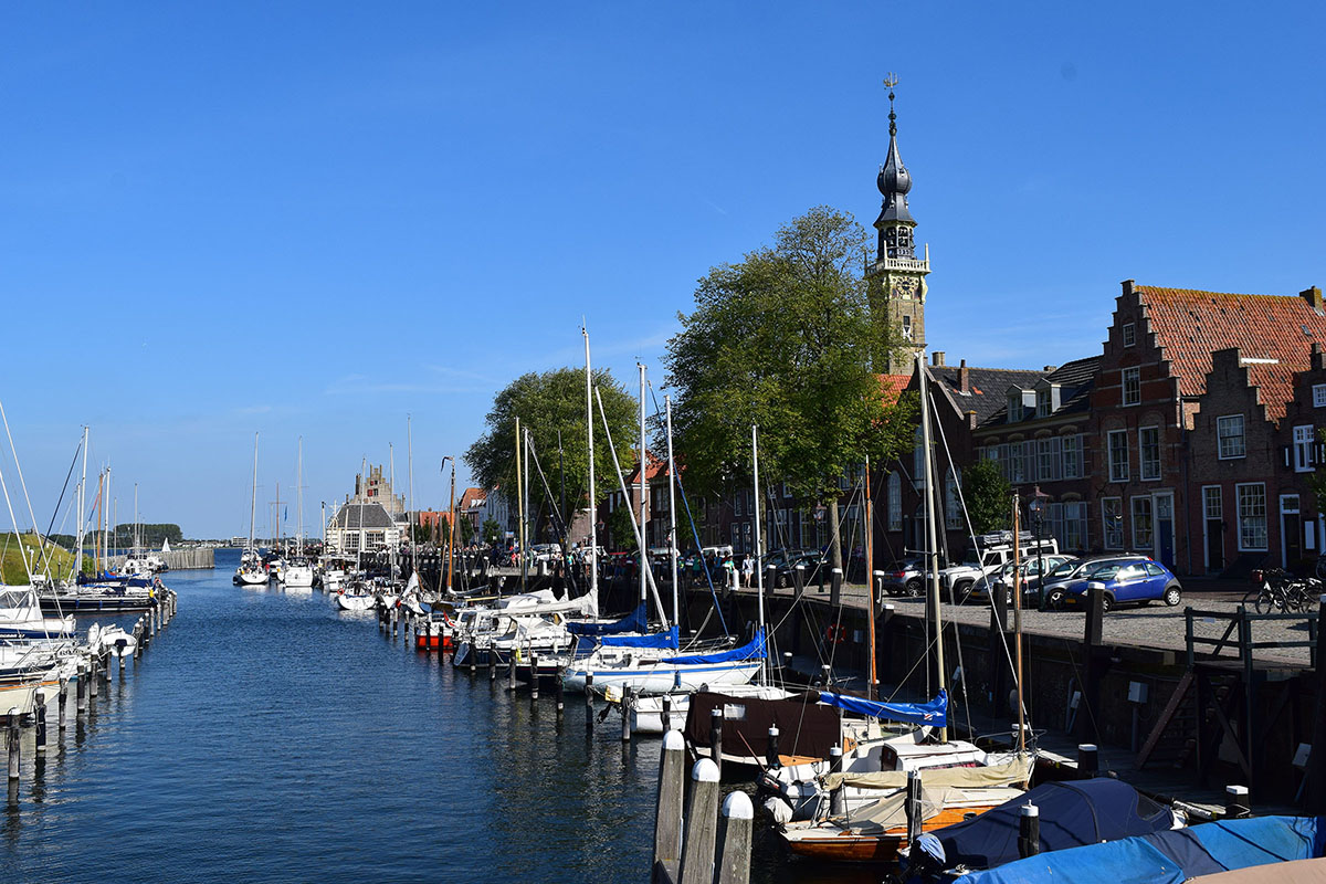 De haven van Veere, gezien vanuit een boot richting het Veerse Meer