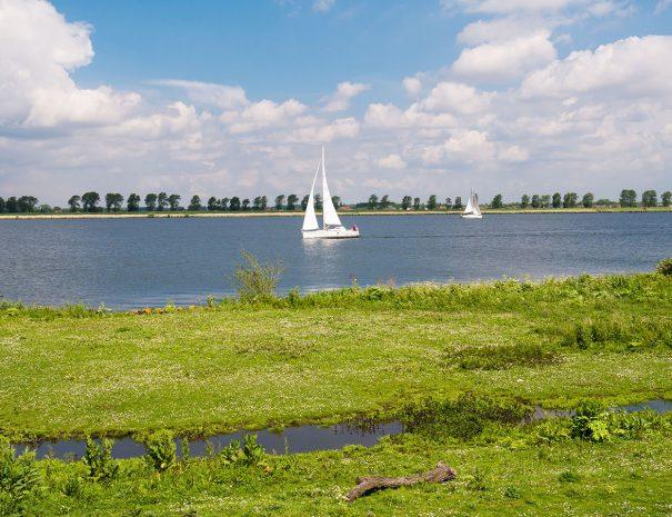 zeilboot in de verte op het veerse meer