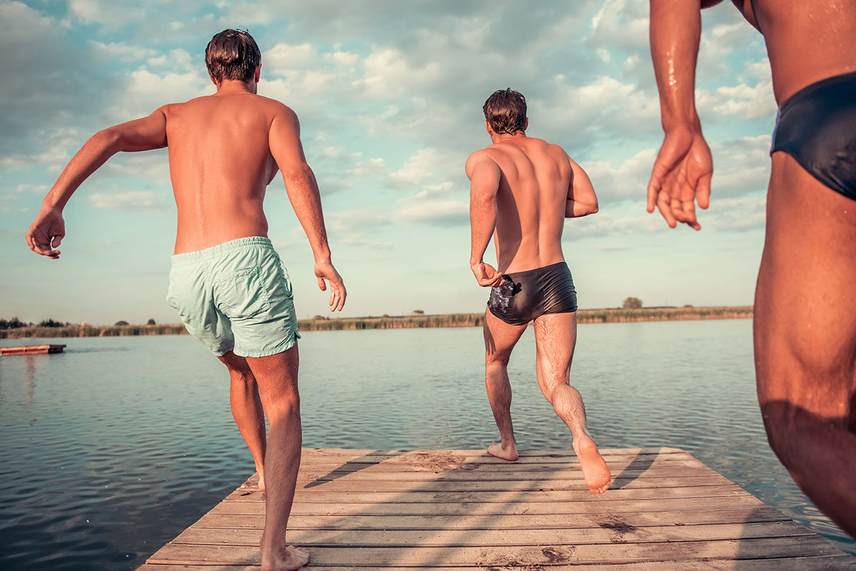Vrijgezellenfeest, 3 mannen springen van steiger in het veerse meer