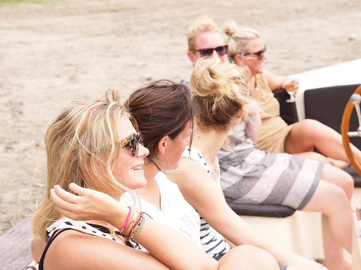 Uitje van vriendinnen die een 12 persoons sloep huren in Zeeland