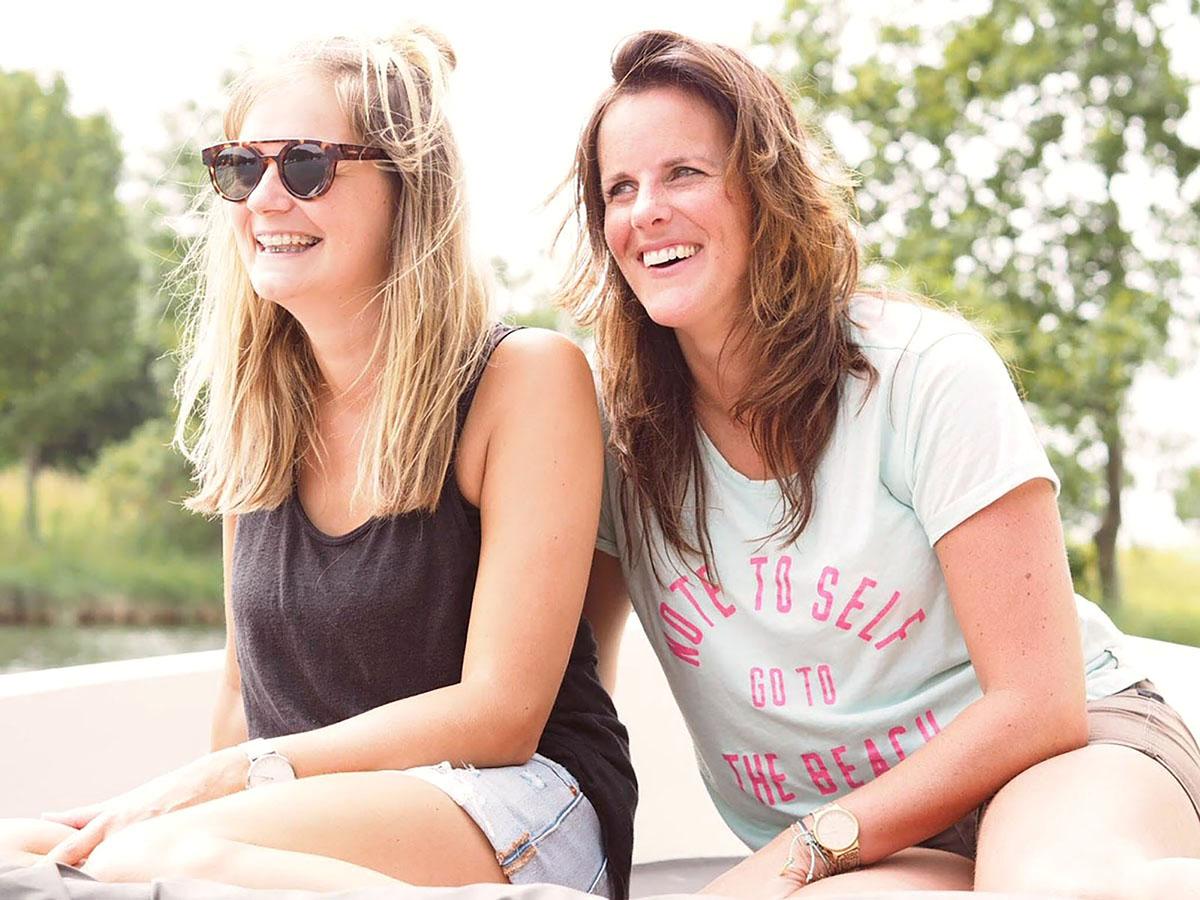 twee vriendinnen lachend op een Yburg 650 huur sloep op het veerse meer
