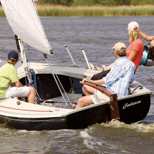 Randmeer zeilboot Gehuurd door 4 mensen. Met 1 man aan het roer en 1 hangend in de trapeze op een mooie dag met lekker veel wind op het Veerse Meer