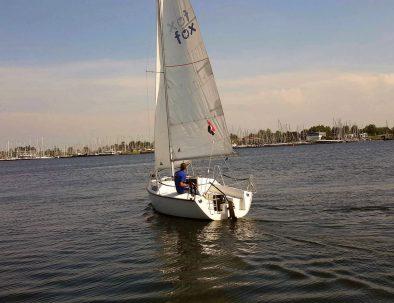 Fox 22 huur kajuitzeilboot zeilend op een mooie dag op het Veerse meer bij Kortgene.