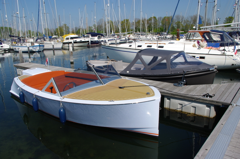 Yburg 650 huursloep in de haven van Kortgene