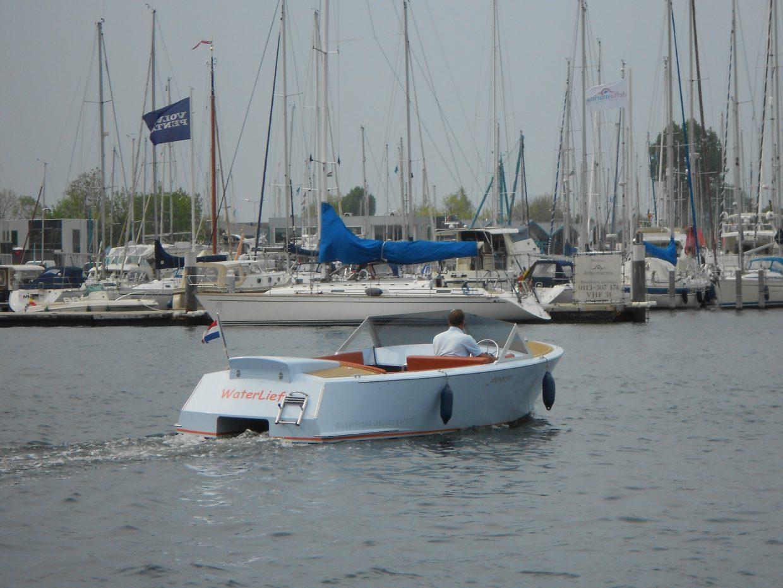 Yburg 650 huursloep in de haven