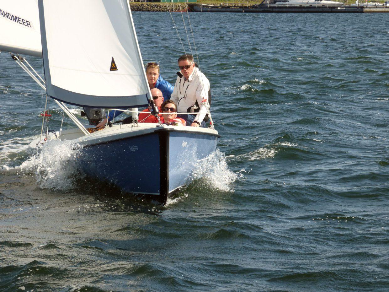 Randmeer zeilboot, zeilend met 4 personen in Zeeland