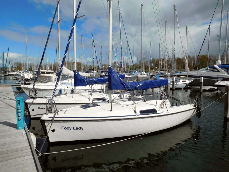 Twee Fox 22 verhuur zeiljachten liggend in de haven van Delta Marina Kortgene