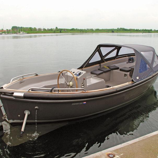 De Seafury 650 sloep in het veerse meer in de haven van kortgene
